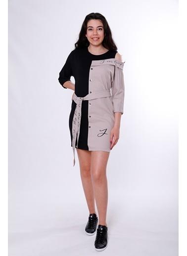 Clıche Yazı Detaylı Düşük Omuzlu Kemerli Vizon Elbise Vizon